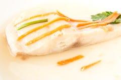 Pesci cotti a vapore con la carota sulla parte superiore Immagini Stock Libere da Diritti