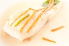 Pesci cotti a vapore con la carota sulla parte superiore Fotografia Stock Libera da Diritti