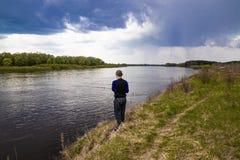 Pesci del pescatore che filano sulla sponda del fiume fotografia stock libera da diritti