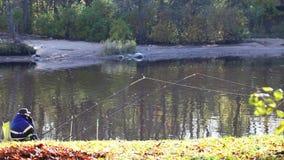Pesci del pescatore con il telefono archivi video