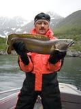 Pesci della holding del pescatore fotografia stock