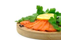 Pesci di color salmone con prezzemolo ed il limone. Fotografia Stock
