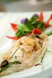 Pesci di color salmone cotti in stagnola di carta Immagine Stock Libera da Diritti