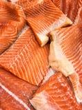 Pesci di color salmone freschi nella vetrina del mercato Immagine Stock