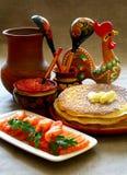 Pesci e caviale di color salmone con i pancake. Immagini Stock Libere da Diritti