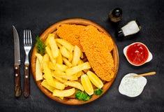 Pesci e chip con ketchup Immagini Stock