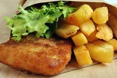 Pesci e chip con una certa insalata Fotografie Stock Libere da Diritti