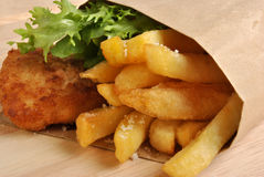 Pesci e chip con una certa insalata Fotografia Stock Libera da Diritti