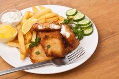 Pesci e chip su una zolla Immagine Stock