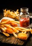 Pesci e patate fritte fritti Fotografia Stock