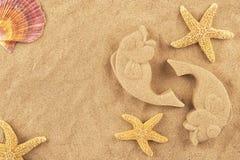 Pesci e stelle marine modellati della sabbia Fotografia Stock Libera da Diritti