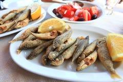 Pesci freschi fritti con il limone Fotografie Stock
