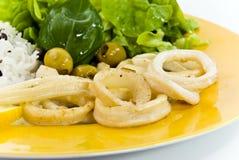Pesci fritti nel grasso bollente del calamaro Immagini Stock