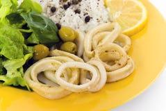 Pesci fritti nel grasso bollente del calamaro Immagini Stock Libere da Diritti