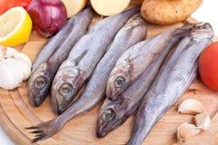 Pesci grezzi con le verdure Fotografia Stock
