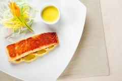 Pesci, limoni dell'insalata e souce deliziosi Fotografia Stock Libera da Diritti