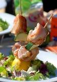 Pesci spostati in pancetta affumicata, cucinata sul barbecue. Immagine Stock