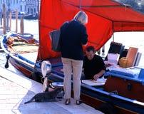 Pescivendolo sulla barca, Venezia Fotografia Stock Libera da Diritti