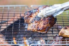 Pescoço da carne de porco da grade no fogão com chama Imagem de Stock Royalty Free