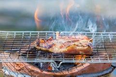 Pescoço da carne de porco da grade no fogão com chama Fotografia de Stock