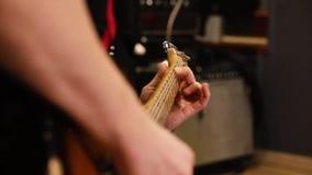 Pescoço da guitarra do close-up e mão do guitarrista vídeos de arquivo