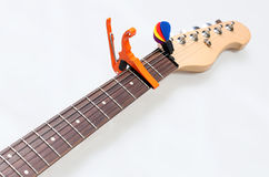 Pescoço da guitarra elétrica com um capo Imagem de Stock Royalty Free
