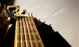 Pescoço da guitarra iluminado pela luz solar natural Fotografia de Stock