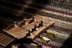 Pescoço da guitarra na luz solar da tarde Foto de Stock Royalty Free