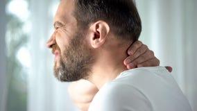 Pescoço de massagem masculino caucasiano, incômodo de sentimento, problema espinal, cuidado do corpo imagens de stock royalty free