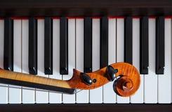 Pescoço do violino em chaves do piano Imagem de Stock