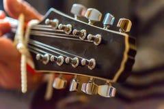 Pescoço e headstock de um mandoline amarrado do instrumento imagem de stock