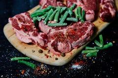 Pescoço fresco da carne de porco da carne crua na placa de madeira na tabela preta imagens de stock royalty free