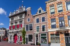 Pese a casa e as lojas no centro de Haarlem imagem de stock royalty free