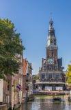 Pese a casa em um canal no centro de Alkmaar fotografia de stock royalty free