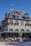 Pese a casa no mercado central em Hoorn fotos de stock royalty free