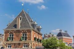Pese a construção de casa no centro de Leeuwarden fotos de stock