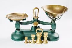 Pese e meça a escala de medição com as bandejas de bronze velhas Imagem de Stock