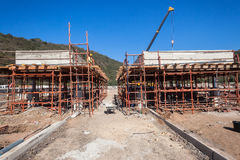 Pese el edificio de la construcción de puente Foto de archivo