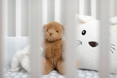 Pesebre blanco del ` s del bebé con los peluches Foto de archivo libre de regalías