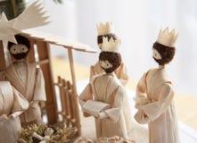 Pesebre de la Navidad y tres hombres sabios Fotos de archivo libres de regalías