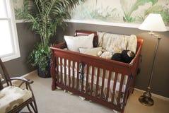 Pesebre de madera del bebé de la cereza en interior del cuarto de niños. Imagen de archivo