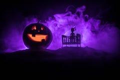 Pesebre de madera misterioso espeluznante viejo del bebé en fondo de niebla entonado oscuro Concepto del horror Silueta asustadiz fotografía de archivo libre de regalías