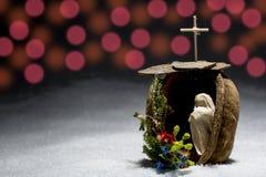Pesebre hecho a mano con la nieve, símbolos católicos cruzados Fotos de archivo libres de regalías