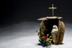 Pesebre hecho a mano con la nieve, símbolos católicos cruzados Fotos de archivo