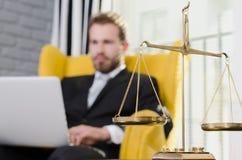 Pesez l'échelle du juge, avocate à l'arrière-plan Images libres de droits