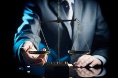 Pesez l'échelle du juge, avocate à l'arrière-plan photographie stock libre de droits