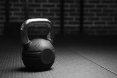 Pesi di Kettlebell in una palestra di allenamento in bianco e nero Fotografia Stock