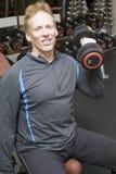 Pesi di sollevamento dell'addestratore personale in ginnastica moderna Immagine Stock