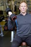 Pesi di sollevamento dell'addestratore personale in ginnastica moderna Fotografia Stock