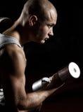 Pesi di sollevamento dell'uomo atletico Fotografie Stock